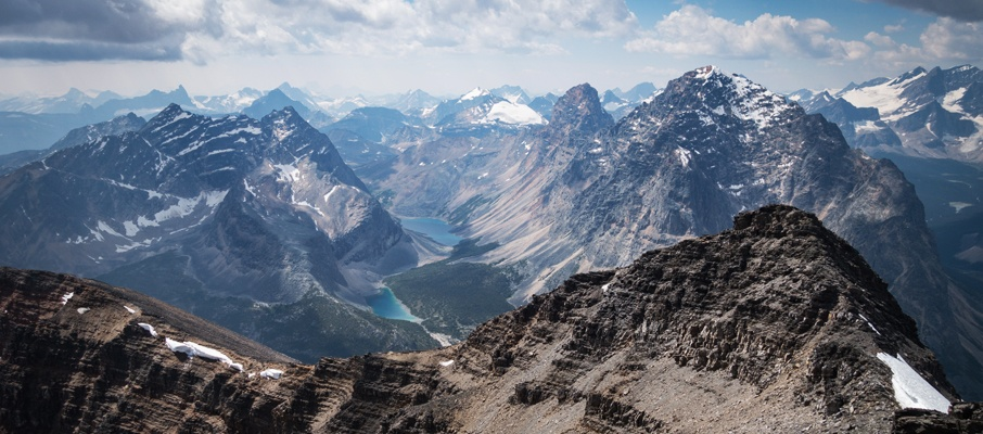 The breathtaking western view over the false summit towards Chevron, Blackhorn, Throne and the rest of the Tonquin region.